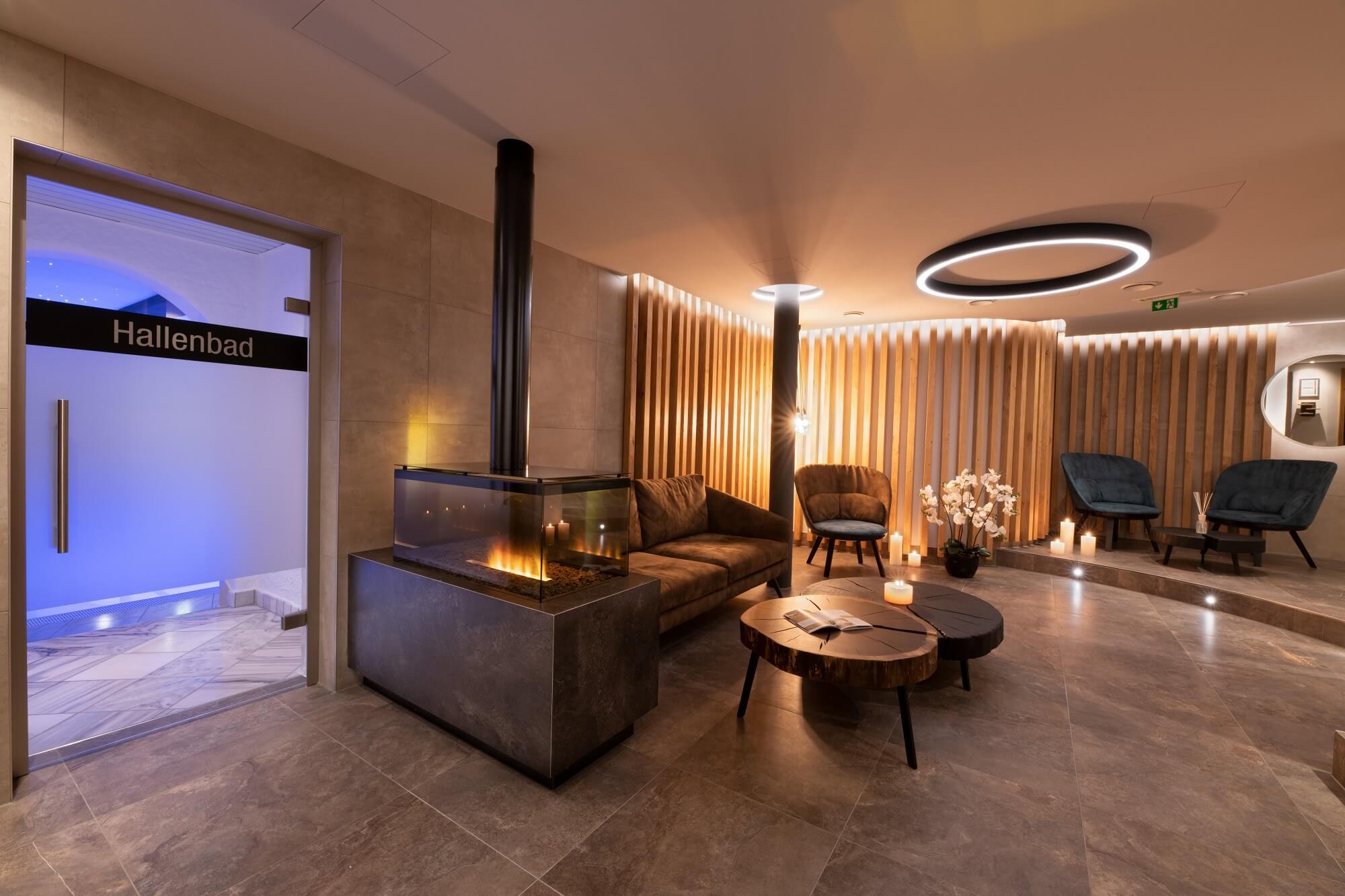 Der lodernde Kamin taucht den neuen Wellnessbereich in angenehmes Licht - Hotel Almesberger****S