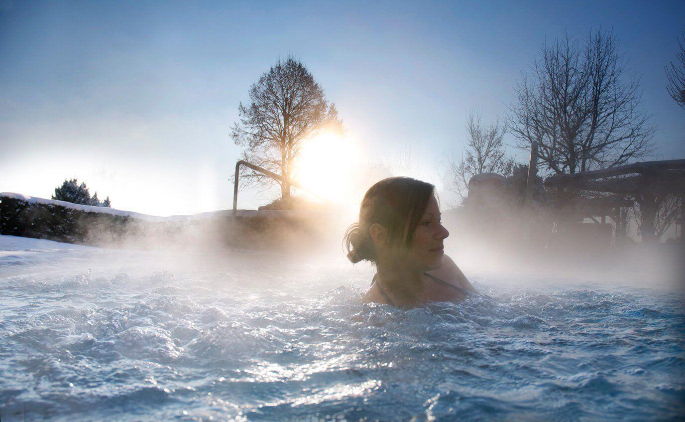 Entspannen im Outdoor-Pool im Hotel Almesberger